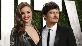 Orlando Bloom (R) and Miranda Kerr at the 2013 Vanity Fair Oscars Party in West Hollywood, California February 24, 2013.  REUTERS/Danny Moloshok  (UNITED STATES TAGS:ENTERTAINMENT) (OSCARS-PARTIES)