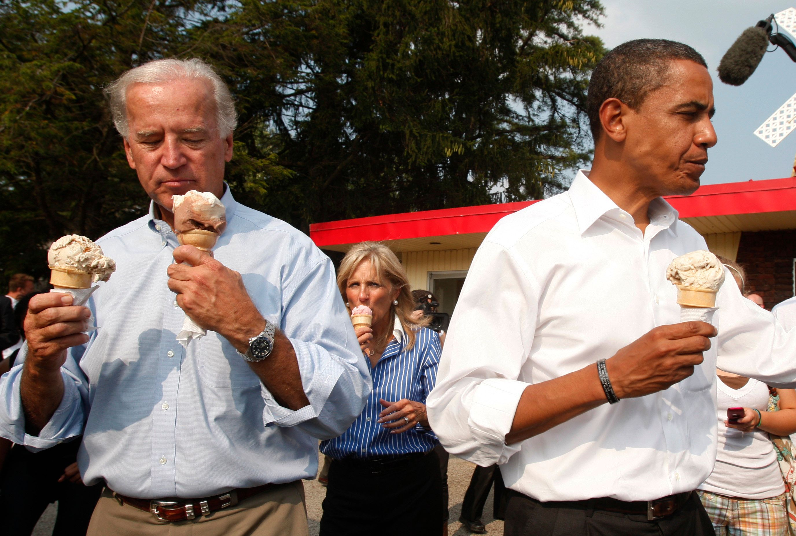 US Democratic presidential nominee Senator Barack Obama (D-IL)(R) and his vice presidential running mate Senator Joe Biden (D-DE) buy ice cream during a campaign stop at Windmill Ice Cream Shop in Aliquippa, Pennsylvania, August 29, 2008. REUTERS/Jim Young  (UNITED STATES) US PRESIDENTIAL ELECTION CAMPAIGN 2008 (USA)