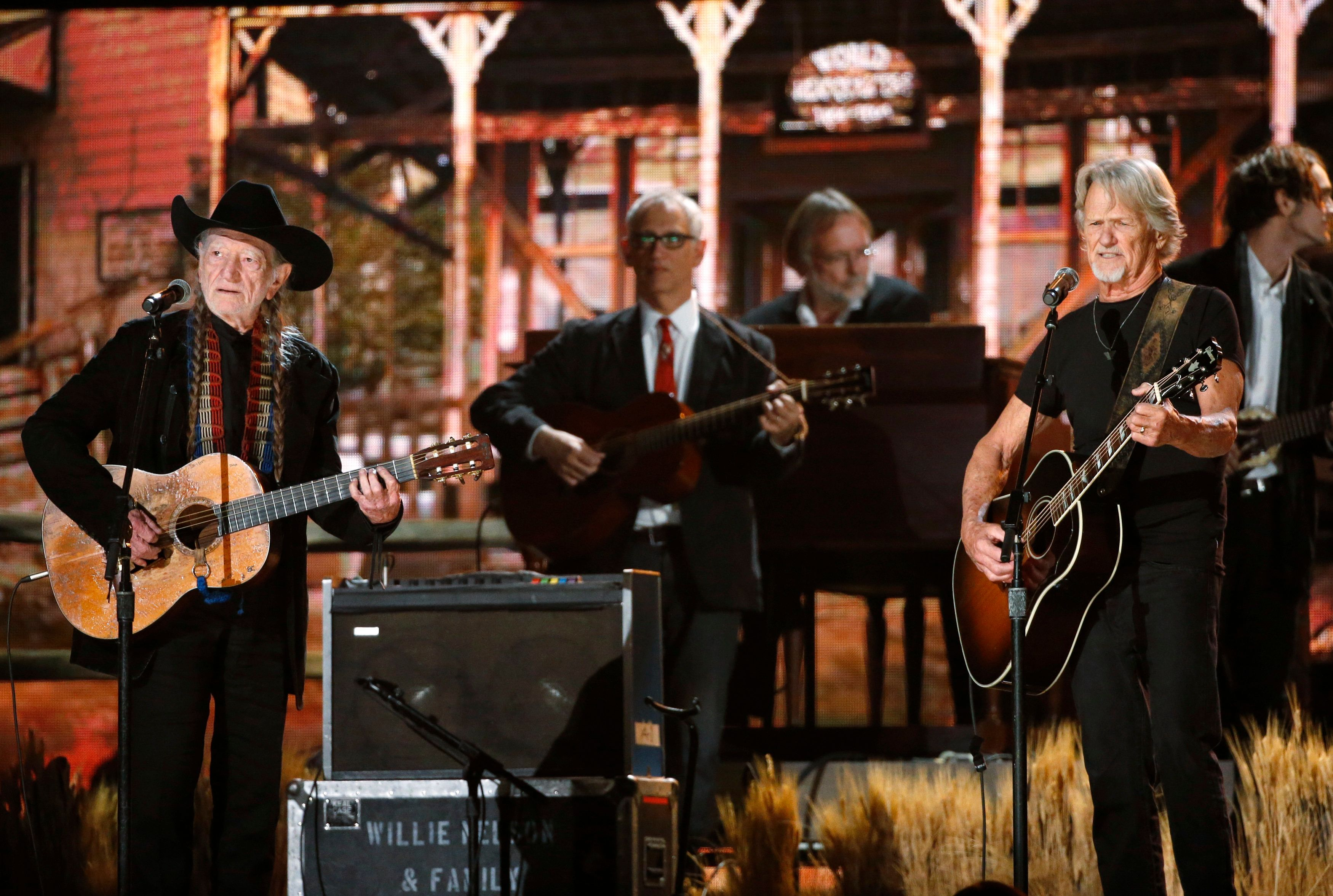 Willie Nelson and Kris Kristofferson perform at the 56th annual Grammy Awards in Los Angeles, California January 26, 2014.   REUTERS/ Mario Anzuoni  (UNITED STATES  TAGS:ENTERTAINMENT) (GRAMMYS-SHOW)