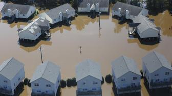 Flooding waters of the Tar River cover the Riverwalk Apartments due to rainfall caused from Hurricane Matthew in Greenville, North Carolina, U.S., October 11, 2016. REUTERS/Nicole Craine