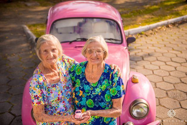 ずっと一緒に生きてきた。もうすぐ100歳の双子姉妹、キュートなドレスで記念撮影(画像)