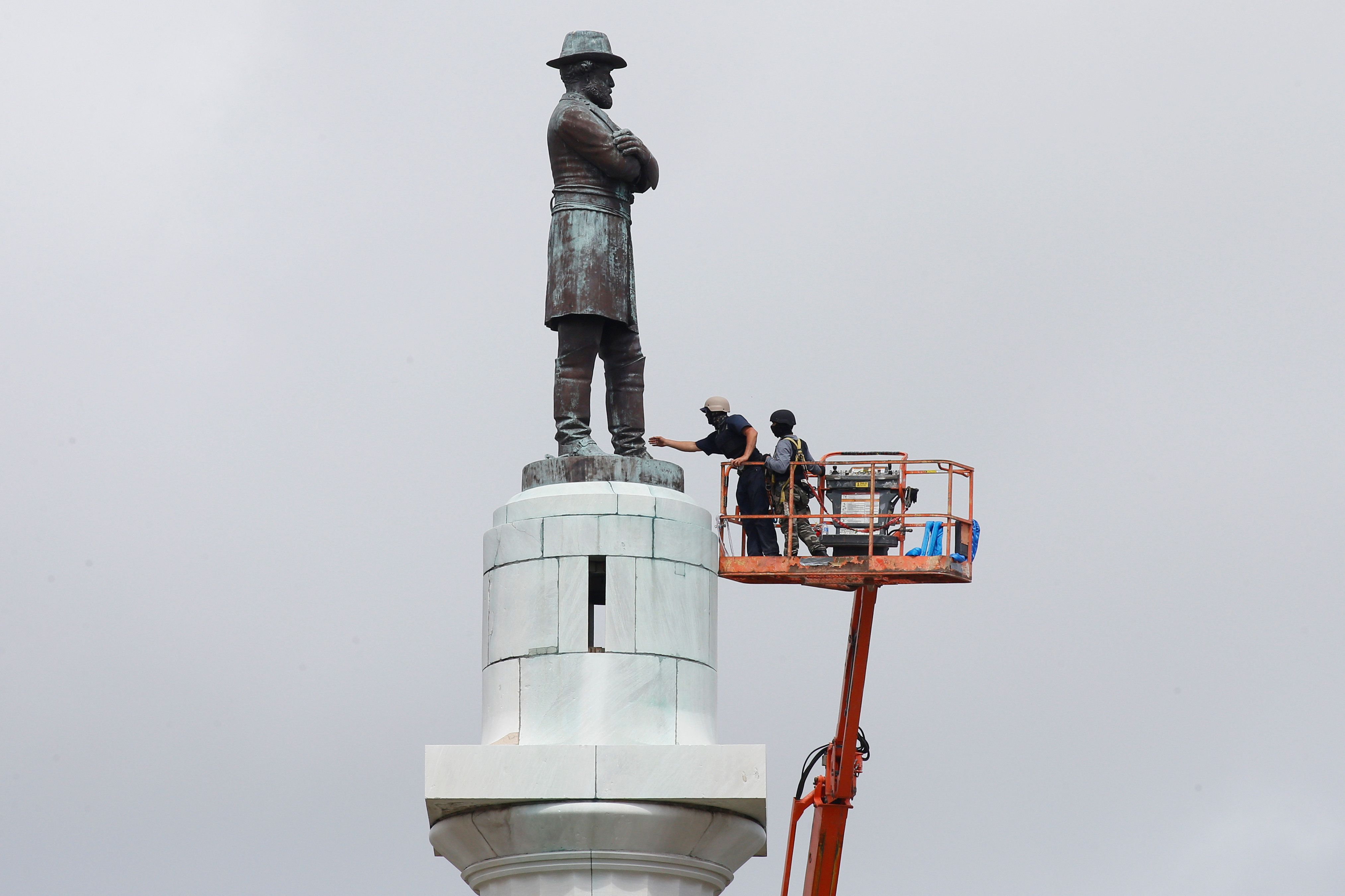 Construction crews prepare a monument of Robert E. Lee, who was a general in the Confederate Army, for removal in New Orleans, Louisiana, U.S., May 19, 2017. REUTERS/Jonathan Bachman