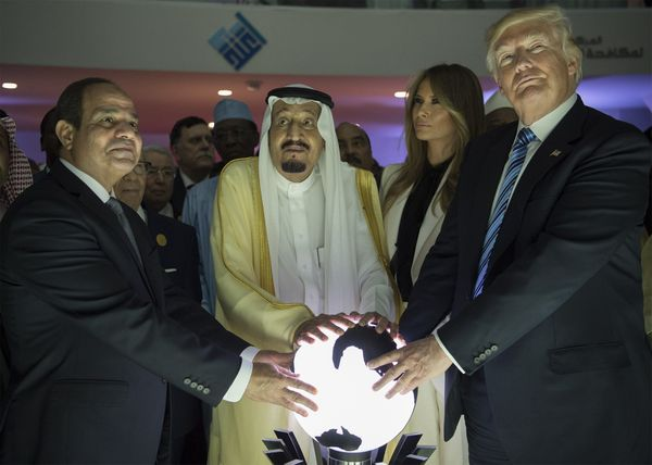 Donald Trump, Melania Trump, Saudi King Salman (second from left) and Egyptian President el-Sissi (far left) put their hands