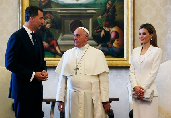 """Spain's <a href=""""http://www.huffingtonpost.com/news/princess-letizia/"""">Queen Letizia</a> rocked business blanc when she and K"""