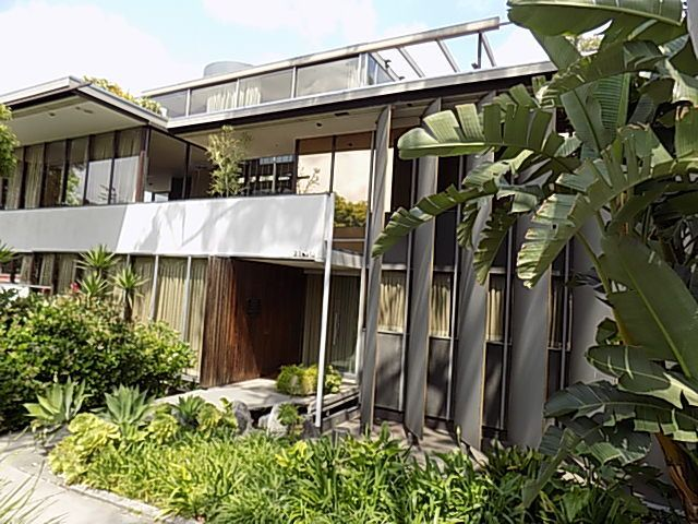 Neutra's residence and office, topped by a solarium surrounded by a pool.