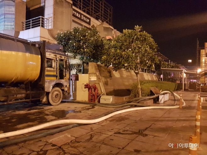 The water tanker mafia is supplying water at a shopping mall in New Delhi at midnight on May 23./ Photographed by Jeong In-se