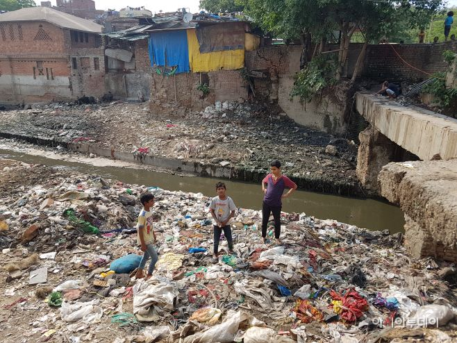 The small stream in Tamil Sangnam is unusable because of garbage./ Photographed by Jeong In-seo