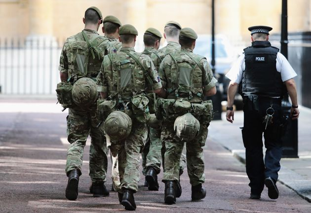 Soldiers arrive near Buckingham Palace on