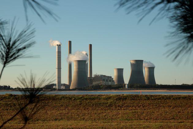 As elevadas temperaturas — causadas por usinas de energia movidas a carvão, tais como esta da Geórgia, e outras atividades humanas — podem afetar o sono da população global.