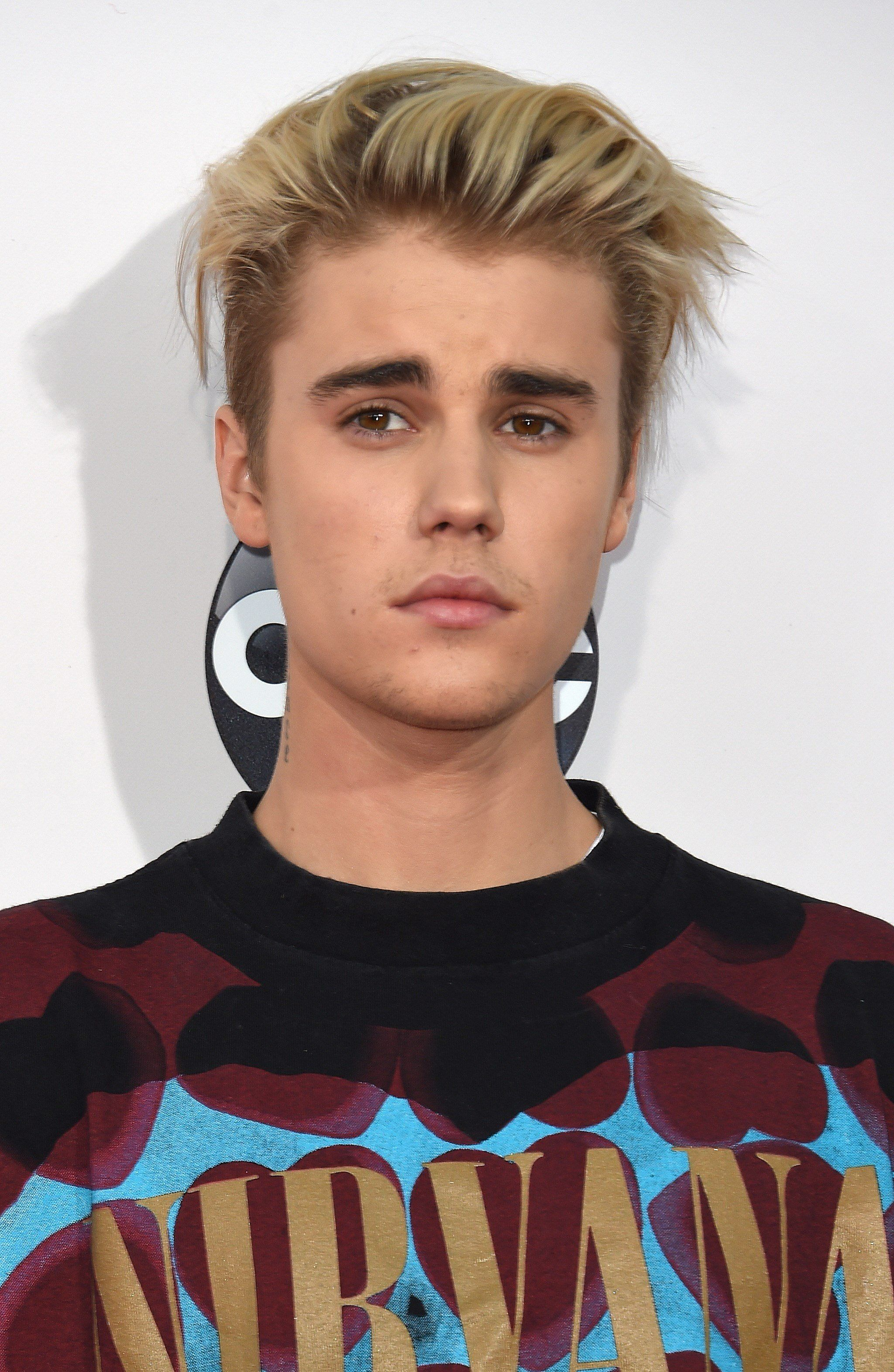 Recording artist Justin Beiber attends the 2015 American Music Awards at the Microsoft Theater at L.A. Live in Los Angeles, California, November 22, 2015.  AFP PHOTO / VALERIE MACON        (Photo credit should read VALERIE MACON/AFP/Getty Images)