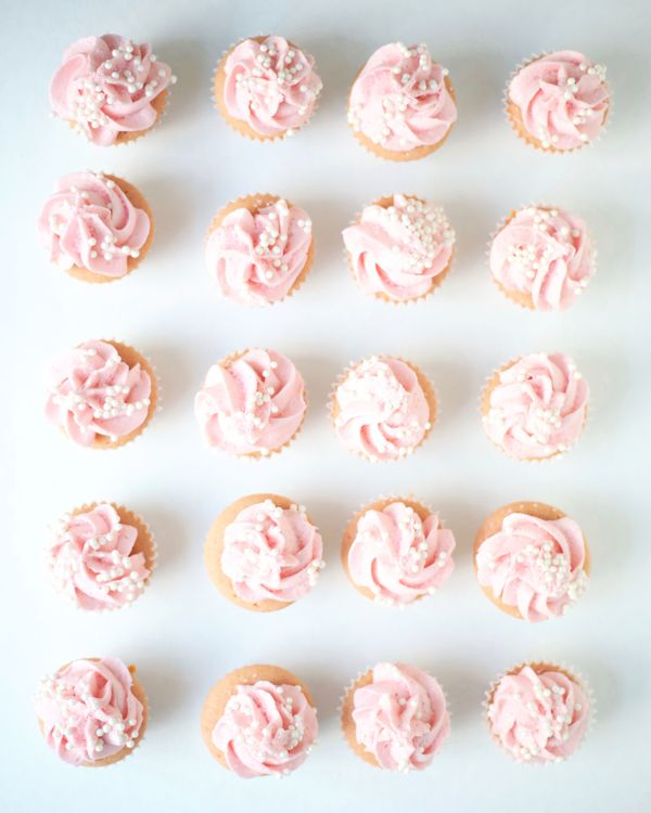 """<strong>Get the <a href=""""http://abeautifulmess.com/2017/05/rose-champagne-mini-cupcakes.html"""" target=""""_blank"""">Rosé Cha"""
