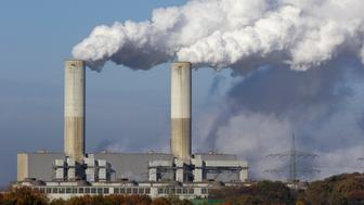Coal burning power plant with pollution.