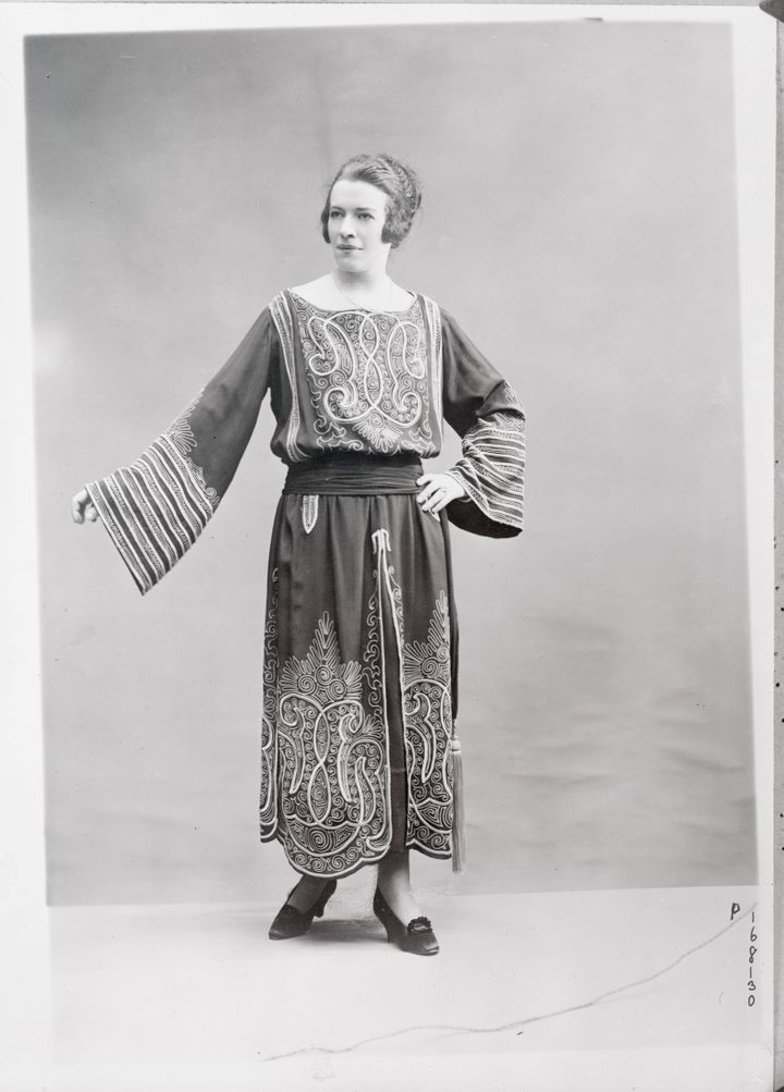 Evening dress made of marocain crepe embroidered with gray.