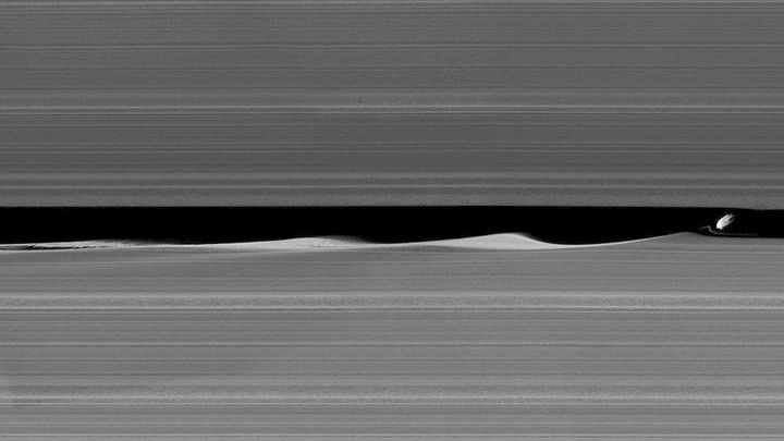 Daphnis makes waves