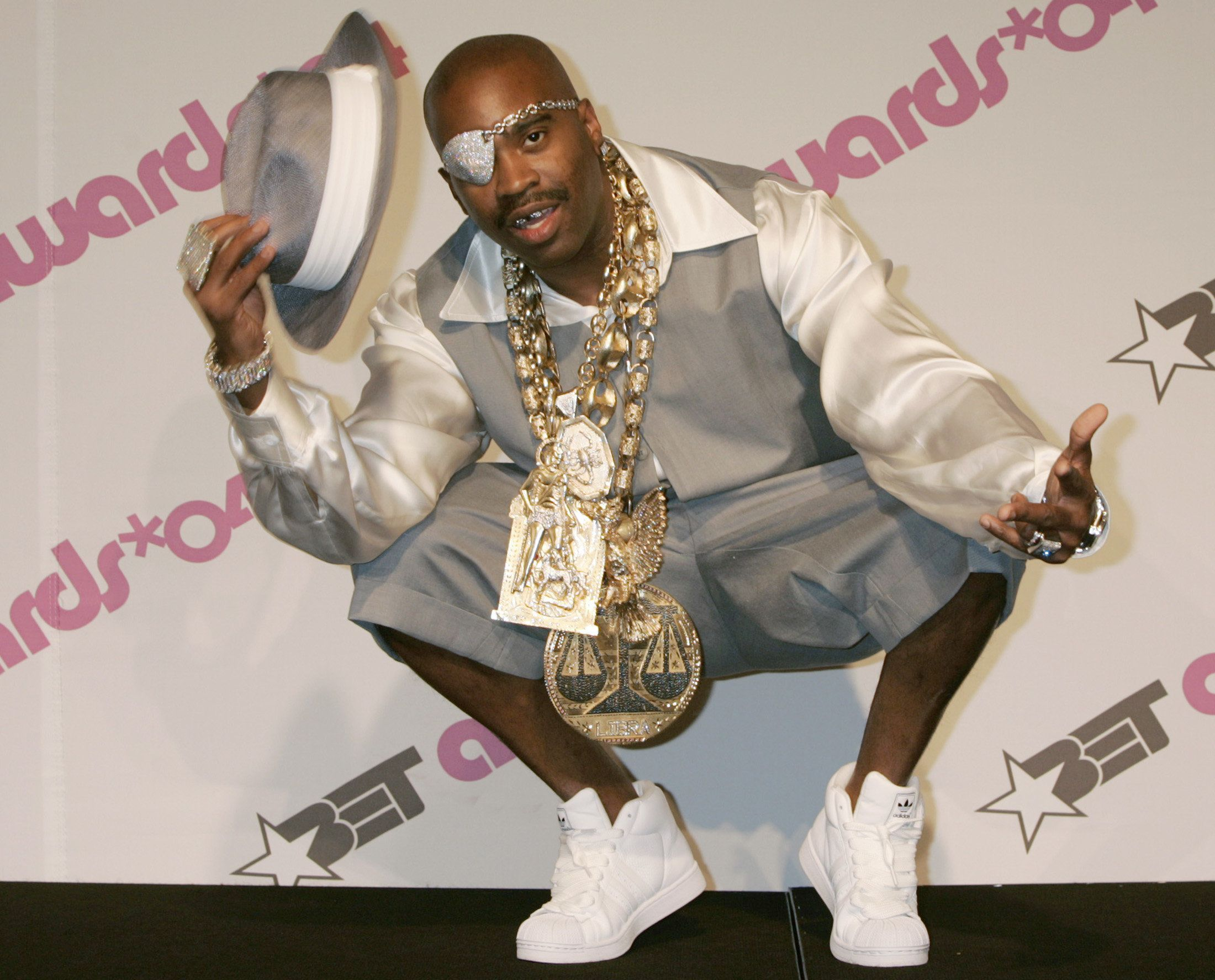 Rapper Slick Rick poses backstage for photographers at the Black Entertainment Television award show in Hollywood June 29, 2004. REUTERS/Fred Prouser  FSP