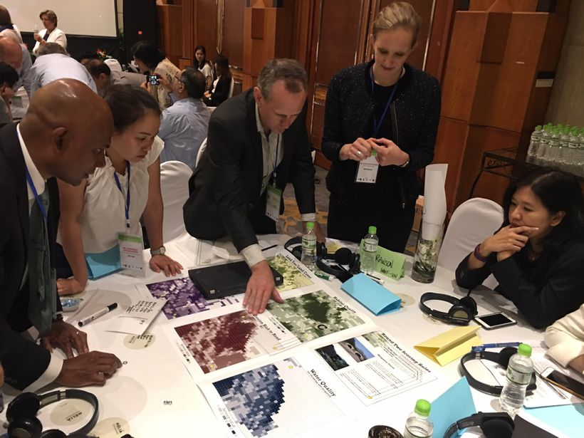 "Hanoi Forum participants play ""Trade-off Infrastructure"""