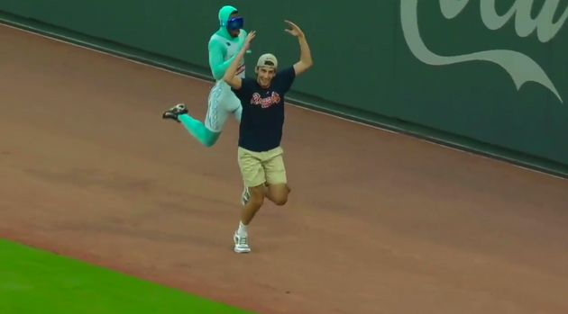 Braves fan face-plants in mid-inning race against favorited speedster