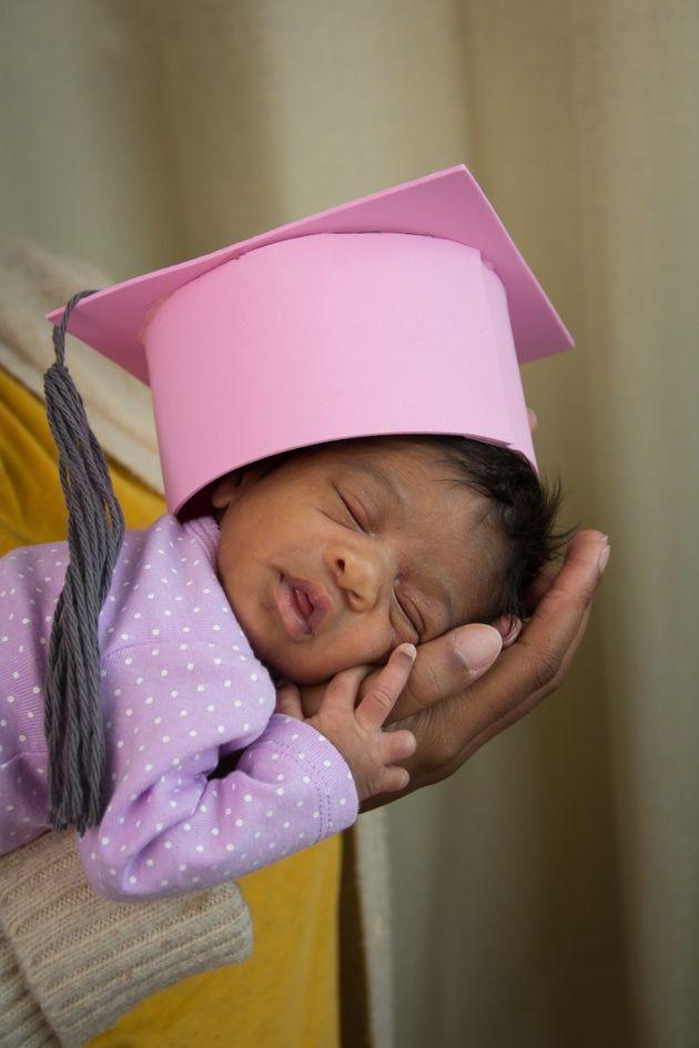 「小さい体で頑張ったね」退院する未熟児のために、かわいい卒業式をする病院がある