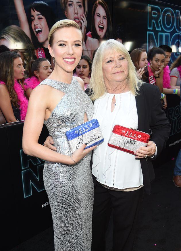 Scarlett Johansson se lleva a su clon de 72 años a un