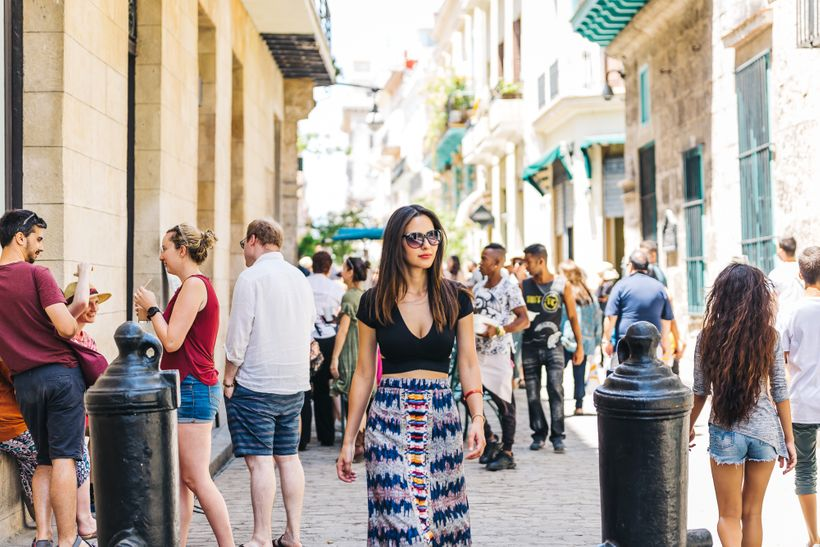 """<a rel=""""nofollow"""" href=""""https://www.thetravelpockets.com/new-blog/48-hours-in-cuba"""" target=""""_blank"""">Exploring the busy street"""