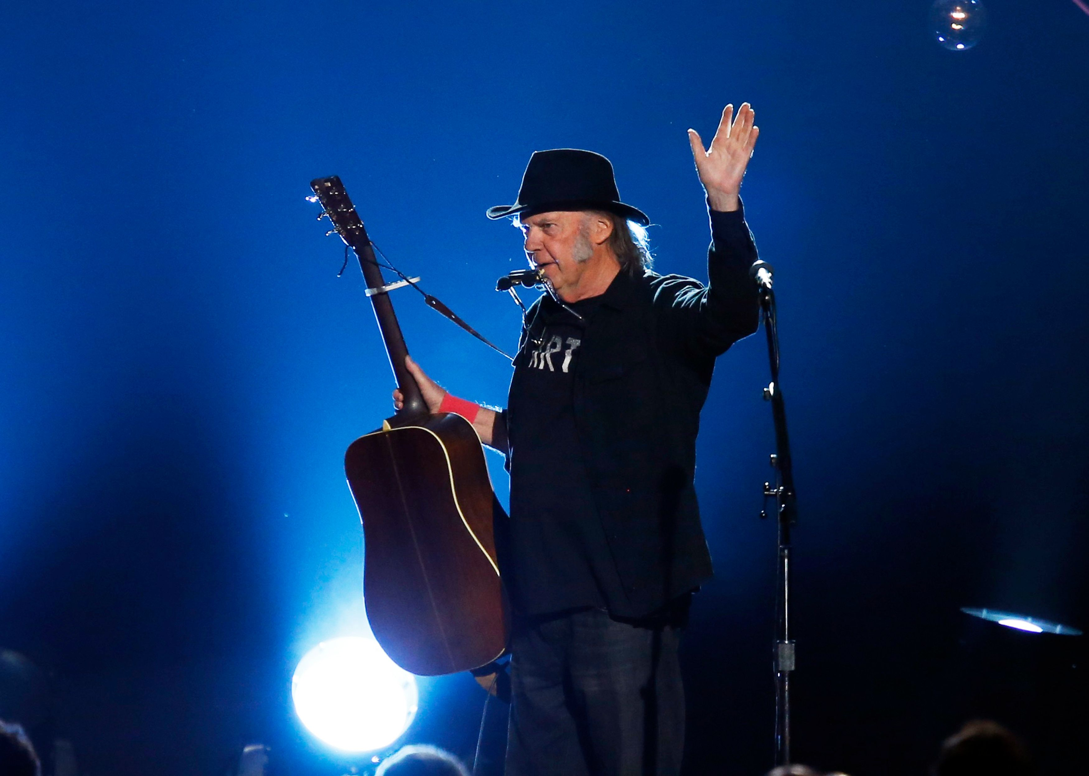 "Musician Neil Young performs ""Blowin' in the Wind"" during the 2015 MusiCares Person of the Year tribute honoring Bob Dylan in Los Angeles, California February 6, 2015. REUTERS/Mario Anzuoni (UNITED STATES - Tags: ENTERTAINMENT) (MUSICARES-SHOW)"