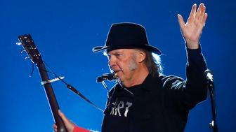 """Musician Neil Young performs """"Blowin' in the Wind"""" during the 2015 MusiCares Person of the Year tribute honoring Bob Dylan in Los Angeles, California February 6, 2015. REUTERS/Mario Anzuoni (UNITED STATES - Tags: ENTERTAINMENT) (MUSICARES-SHOW)"""
