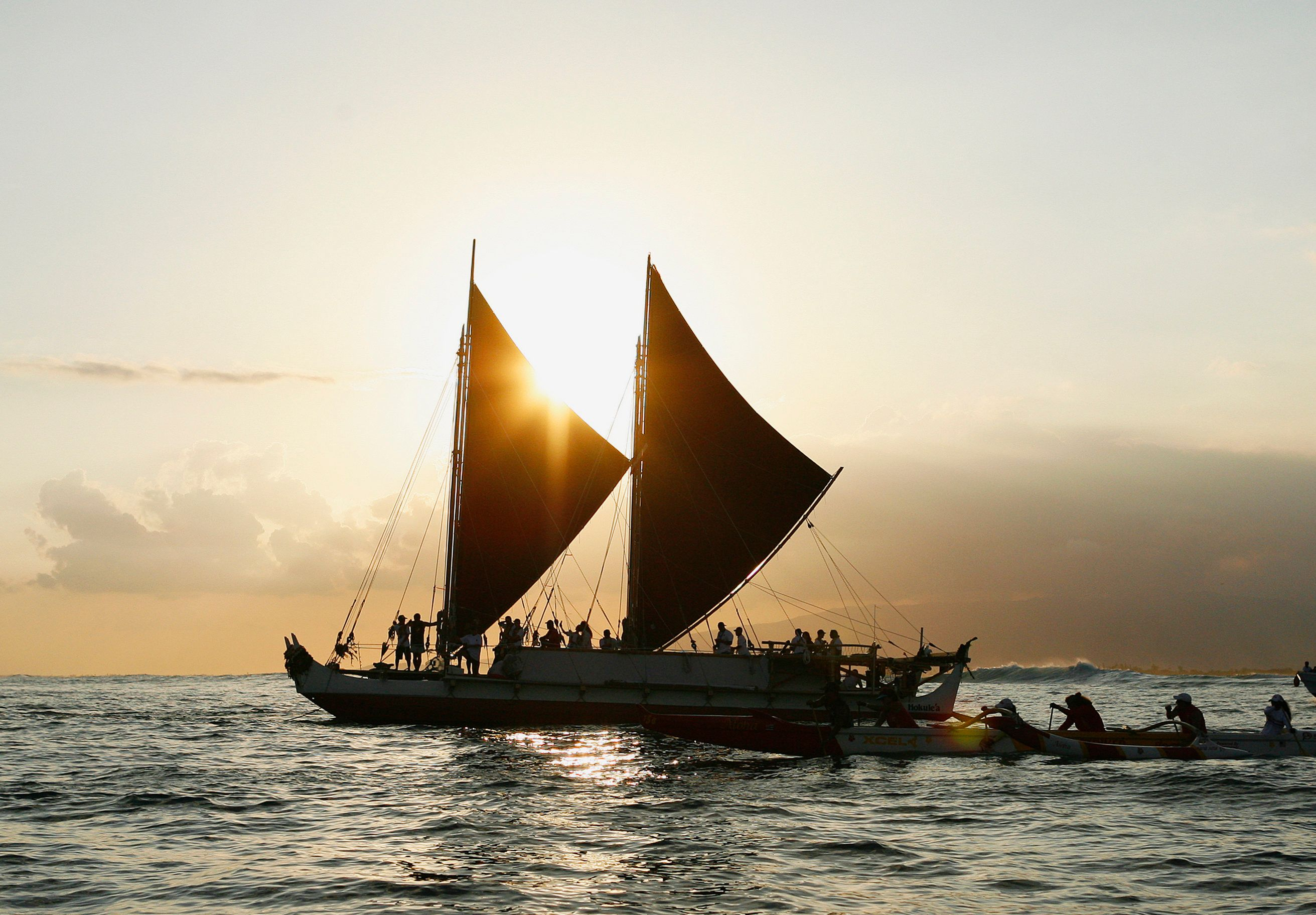 The Hokule'a, a traditional Hawaiian voyaging canoe that navigates primarily by using the stars, departs for a 4-year worldwide voyage from Honolulu, Hawaii May 17, 2014.   REUTERS/Hugh Gentry (UNITED STATES - Tags: SOCIETY MARITIME)