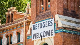 A sign welcoming the Syrian migrants in Madrid, Spain.
