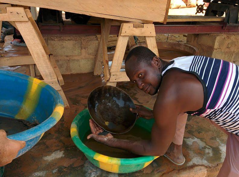 Miner in Burkina Faso mining for mercury-free