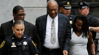 Actor and comedian Bill Cosby (C) departs after a judge declared a mistrial in his sexual assault trial at the Montgomery County Courthouse in Norristown, Pennsylvania, U.S., June 17, 2017.  REUTERS/Charles Mostoller