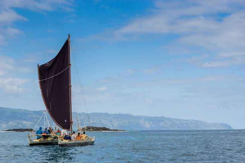 The wa'a sails toward its namesake, the islet of Wānana Pāoa that marks the boundary between the moku of Waialua and Ko'olaul