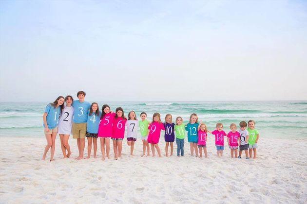 「17人の子どもは元気です」天国に旅立った父に贈る家族写真