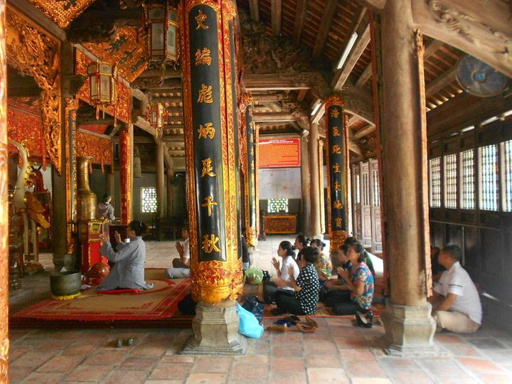 Ritual to the family of Trần in Kiếp Bạc temple.