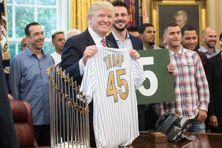 Many more fingers of Alberto Almora Jr. were visible in this photo of the Cubs' White House visit, but not in others.