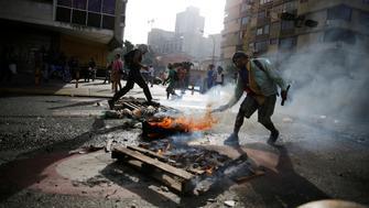 Protesters set a roadblock on fire during a rally against Venezuela's President Nicolas Maduro's government in Caracas, Venezuela, June 26, 2017.  REUTERS/Ivan Alvarado
