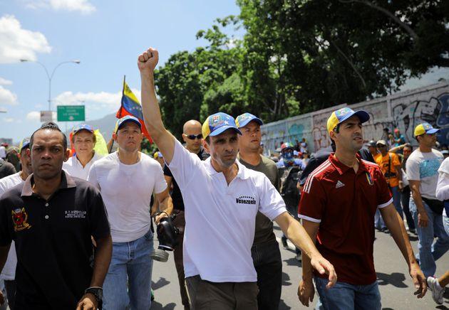 El líder venezolano de la oposición Henrique Capriles se manifiesta en contra del presidente Nicolás...