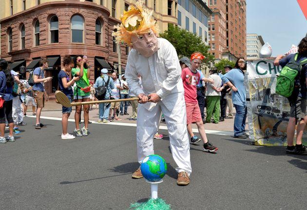 Un manifestante protesta en la Marcha por el Clima de abril en Washington, D.C. (EE