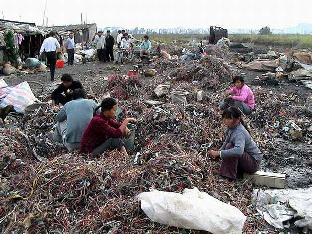 An e-waste site in a rural area near Shijiazhuang in Hebei Province. Women are collecting trash that can make money./ Source: