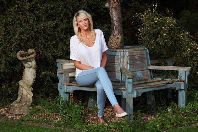 Designer inspirada por síndrome de Marfan cria lindos sapatos para mulheres de pés