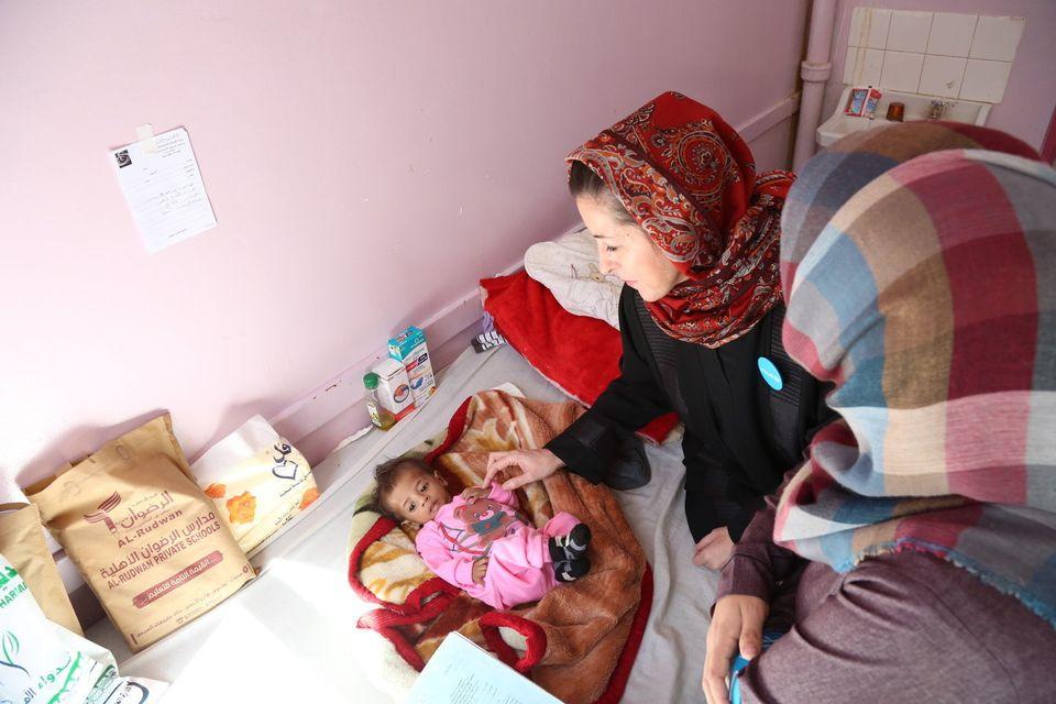 Meritxell Relano, representante da Unicef no Iêmen, examina um menino com desnutrição no hospital al-Sabeen,...