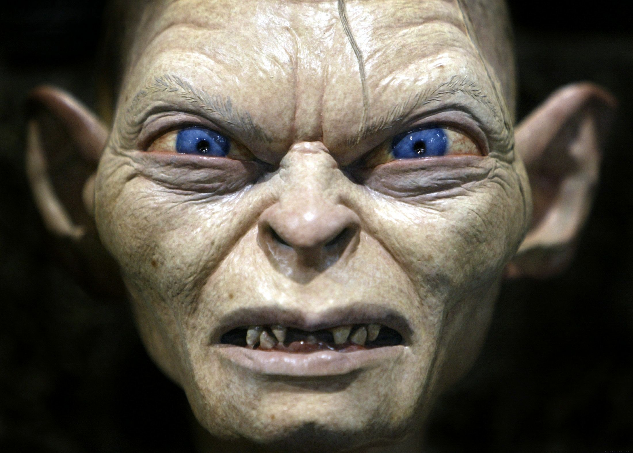 Gollum, a special effects creature from the movie 'Lord of the Rings', is on display at the annual four-day Comic Con convention in San Diego, July 18, 2003. Thousands of fans from around the world gather to peruse a collection of comic books and industry related sci-fi, video and motion picture fantasy products. REUTERS/Mike Blake PP03070072  MB