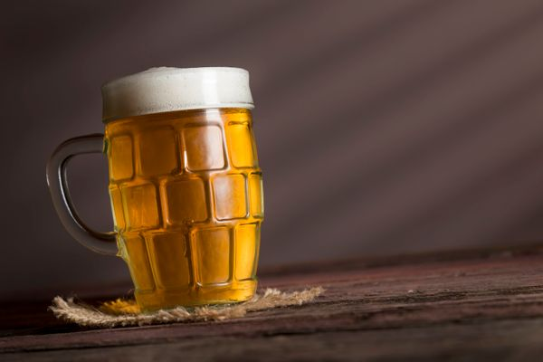 "With lots of flavor <a href=""http://www.mensfitness.com/nutrition/what-to-drink/6-surprisingly-healthy-beers"" target=""_b"