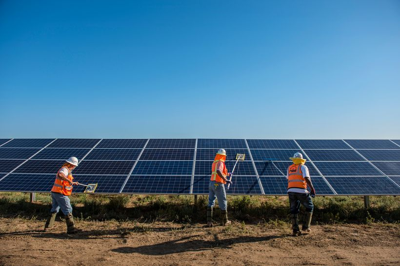 Workers clean solar panels for maximum efficiency in Lancaster, California. © Dave Lauridsen