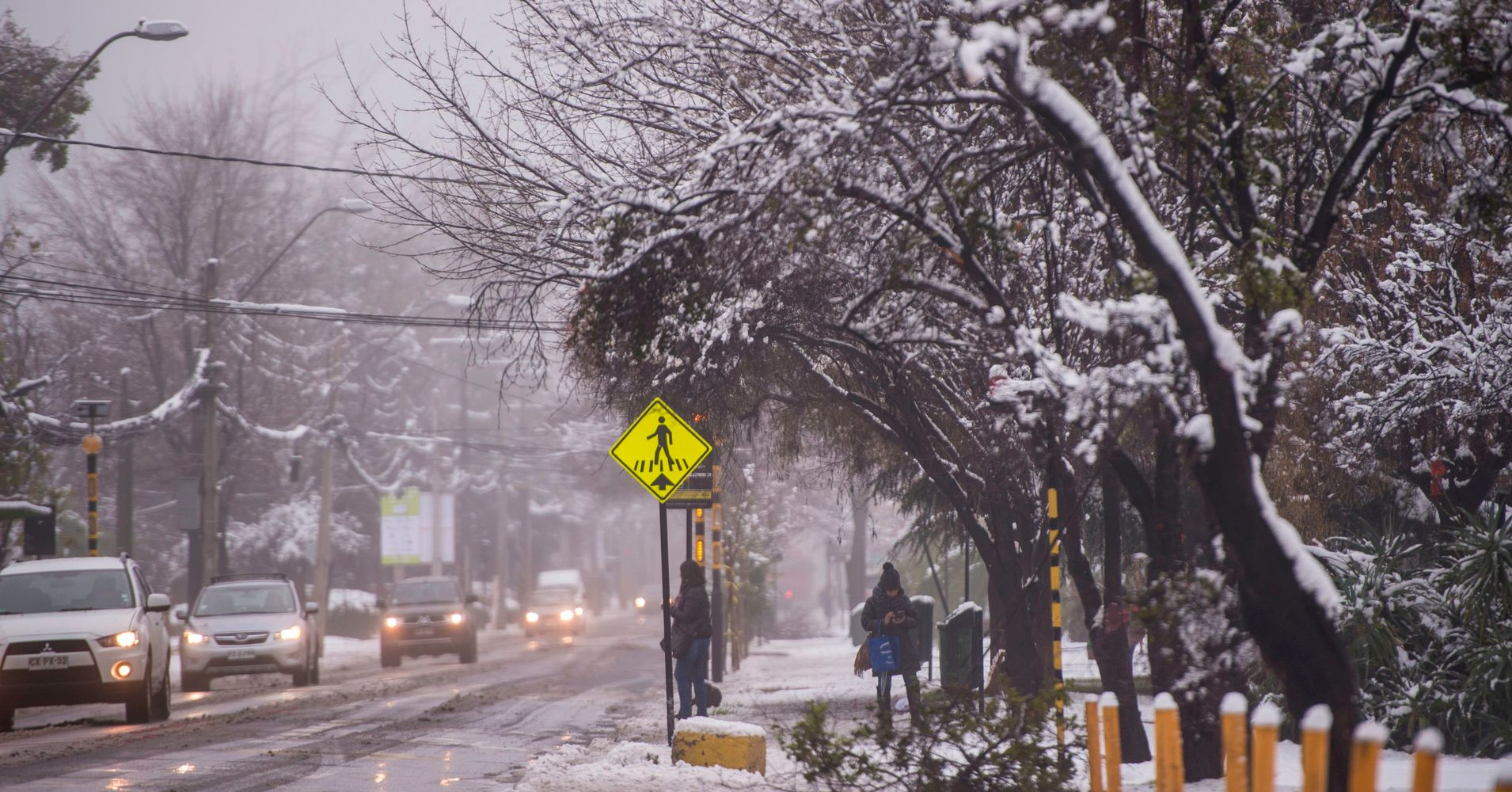 As rare snow blankets chile 39 s capital blackouts and for Construccion de piscinas santiago chile