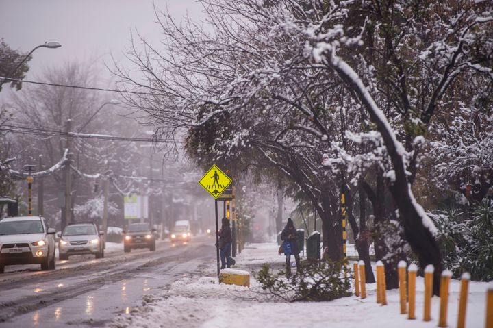 An unusual snowfall -- the first of such intensity since 2007-- surprised the inhabitants of Santiago, Chile, on Saturday, ca