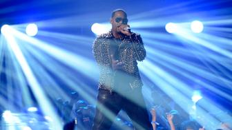 R. Kelly performs at the 2013 BET Awards in Los Angeles, California on June 30, 2013.  REUTERS/Phil McCarten (UNITED STATES  - Tags: ENTERTAINMENT)  (BET-SHOW)