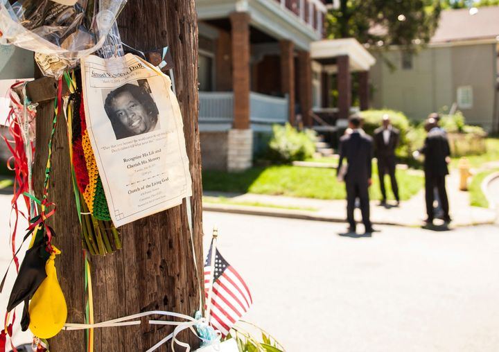 An impromptu memorial for Samuel Dubose is posted near the crime scene in Cincinnati, Ohio July 30, 2015. (REUTERS/William Ph