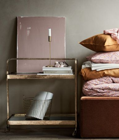 "Yes, <a href=""http://www.hm.com/us/department/HOME"" target=""_blank"">H&M has a really, really good home decor section</a>"