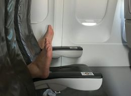 이 발의 주인이 비행기 안에서 한 이상한 행동 때문에 인터넷이 야단이다