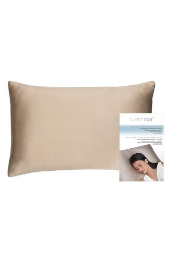 Uses smart textile technology, embedded with copper oxide, to minimize the look of fine lines and wrinkles while you sleep. <